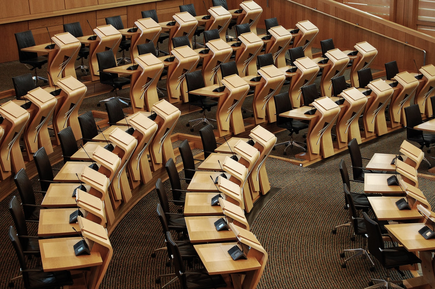 議会は無駄ばかりで本当に意味がない。てか議員って必要なの?
